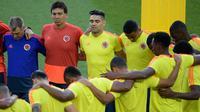 Para pemain Kolombia berdoa sebelum mengikuti sesi latihan di Stadion Spartak di Moskow, Rusia(2/7). Kolombia akan bertanding melawan Inggris pada babak 16 besar Piala Dunia 2018. (AFP Photo/Juan Mabromata)