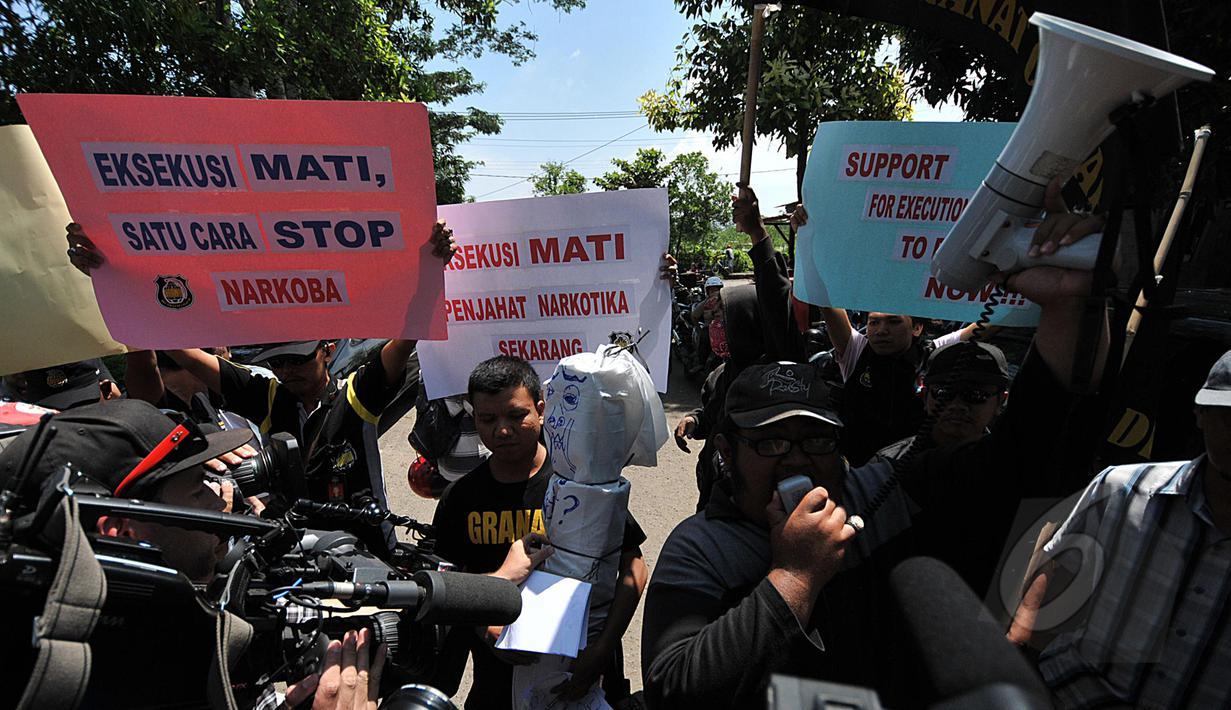 Massa dari Granat (Gerakan Nasional Anti Narkotika) menggelar aksi  demonstrasi di depan pintu masuk Dermaga Wijaya Pura, Cilacap, Jateng, Jumat (6/3). Massa menuntut Kejagung segera mengeksekusi mati gembong narkoba Bali Nine. (Liputan6.com/Johan Tallo)