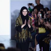 Vivi Zubedi membawakan koleksi modest wear bertemakan nusantara di NYFW 2017. (Istimewa)