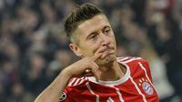 Striker Bayern Munchen, Robert Lewandowski, merayakan gol yang dicetaknya ke gawang Anderlecht pada laga Liga Champions di Stadion Allianz Arena, Munchen, Selasa (12/9/2017). Munchen menang 3-0 atas Anderlecht. (AFP/Guenter Schiffmann)