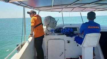 Kepolisian air Polda Riau bersama Basarnas Pekanbaru mencari korban kapal tenggelam pembawa TKI Ilegal.