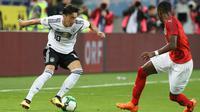 Pemain Jerman, Mesut Ozil Jerman (kiri) berebut bola dengan David Alaba dalam laga persahabatan melawan Austria di Klagenfurt, Austria, Sabtu (2/6). Timnas Jerman takluk 1-2 dari Austria. (AP Photo/Ronald Zak)