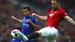 Bek Manchester United, Luke Shaw, berebut bola dengan gelandang Chelsea, Pedro, pada laga Premier League 2019 di Stadion Old Trafford, Minggu (11/8). Manchester United menang 4-0 atas Chelsea. (AP/Dave Thompson)