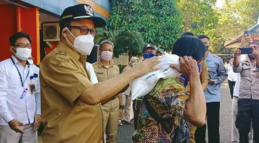Bupati Banyumas, Achmad Husein melaunching penyaluran beras PPKM di Kantor Perum Bulog Cabang Banyumas, Purwokerto. (Foto: Liputan6.com/Humas Pemkab Banyumas)