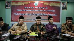 (ki-ka) Prof. Dr. Mawan Abdurrahman, Prof. Dr. KH. Didin Hafiduddin, Ketua MUI Din Syamsuddin, Prof. Dr. H. Nazaruddin Umar, Dr. H. Noor Achmad beri keterangan pers Rapat Pleno II Dewan Pertimbangan MUI di  Jakarta, (25/11). (Liputan6.com/Faizal Fanani)