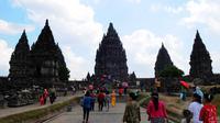 Pengunjung memadati tempat wisata Candi Prambanan di Yogyakarta, Jawa Tengah, Minggu (3/7/14). (Liputan6.com/Andrian M Tunay)