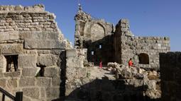 Sejumlah wisatawan mengunjungi Kastil Ajloun yang bersejarah di Ajloun, sekitar 73 km sebelah utara Kota Amman, Yordania, pada 19 Juli 2020. Kastil Ajloun adalah kastil abad ke-12 yang terletak di Yordania barat laut. (Xinhua/Mohammad Abu Ghosh)