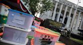 Petugas memeriksa barang bukti BPN Prabowo-Sandiaga yang nantinya akan diserahkan kepada panitera Mahkamah Konstitusi (MK), Jakarta, Selasa, (18/6/2019). Barang bukti tersebut merupakan bukti tambahan untuk melengkapi Sidang Sengketa Pilpres 2019. (Liputan6.com/Faizal Fanani)