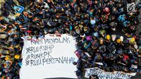 Mahasiswa membentangkan spanduk saat berunjuk rasa di depan Gedung DPR/MPR, Jakarta, Senin (23/9/2019). Dalam aksinya mereka menolak pengesahan RUU KUHP dan revisi UU KPK. (Liputan6.com/JohanTallo)