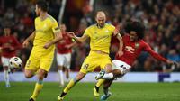Gelandang Manchester United, Tahith Chong, mengirim umpan saat melawan Astana pada laga Europa League di Stadion Old Trafford, Manchester, Kamis (19/9). MU menang 1-0 atas Astana. (AFP/Oli Scarff)
