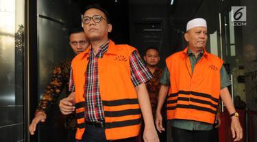 Dua tersangka mantan Anggota DPRD Sumut periode 2009-2014, Rijal Sirait (kanan) dan Fadly Nurzal  mengenakan rompi oranye usai menjalani pemeriksaan perdana pasca penahanan di gedung KPK, Jakarta, Rabu (18/7). (Merdeka.com/Dwi Narwoko)