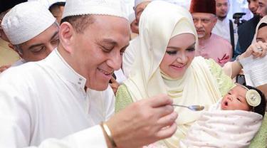 Siti Aafiyah, anak pasangan Siti Nurhaliza dan Datuk Seri Khalid ini lahir pada 19 Maret 2018 lalu dengan berat badan 3.55 kilogram dan melewati proses operasi cesar. (Instagram/ctdk)
