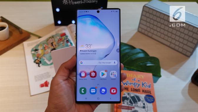 Penampakan bodi depan Samsung Galaxy Note 10 Plus. (Liputan6.com/ Andina Librianty)