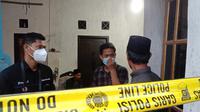 Rumah Kakek Asni Sudah Di Pasangi Garis Polisi. (Selasa, 31/08/2021). (Liputan6.com/Yandhi Deslatama).