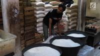 Pedagang menata beras dagangannya di PD Pasar Jaya Gondangdia, Jakarta, Jumat (19/1). Kementerian Perdagangan akan merevitalisasi 1.200 pasar tradisional pada 2018. (Liputan6.com/Angga Yuniar)