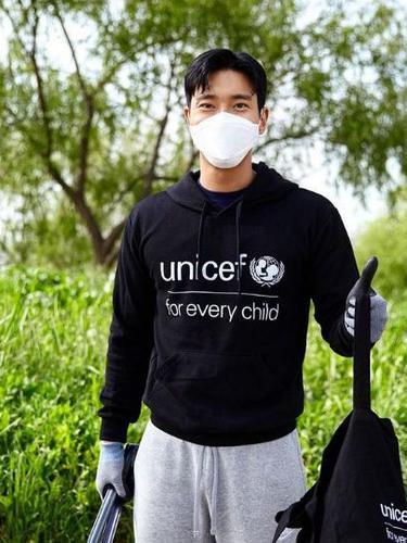 Hari Bumi 2021, Siwon Super Junior Ikut Tantangan Pungut Sampah di Jalanan