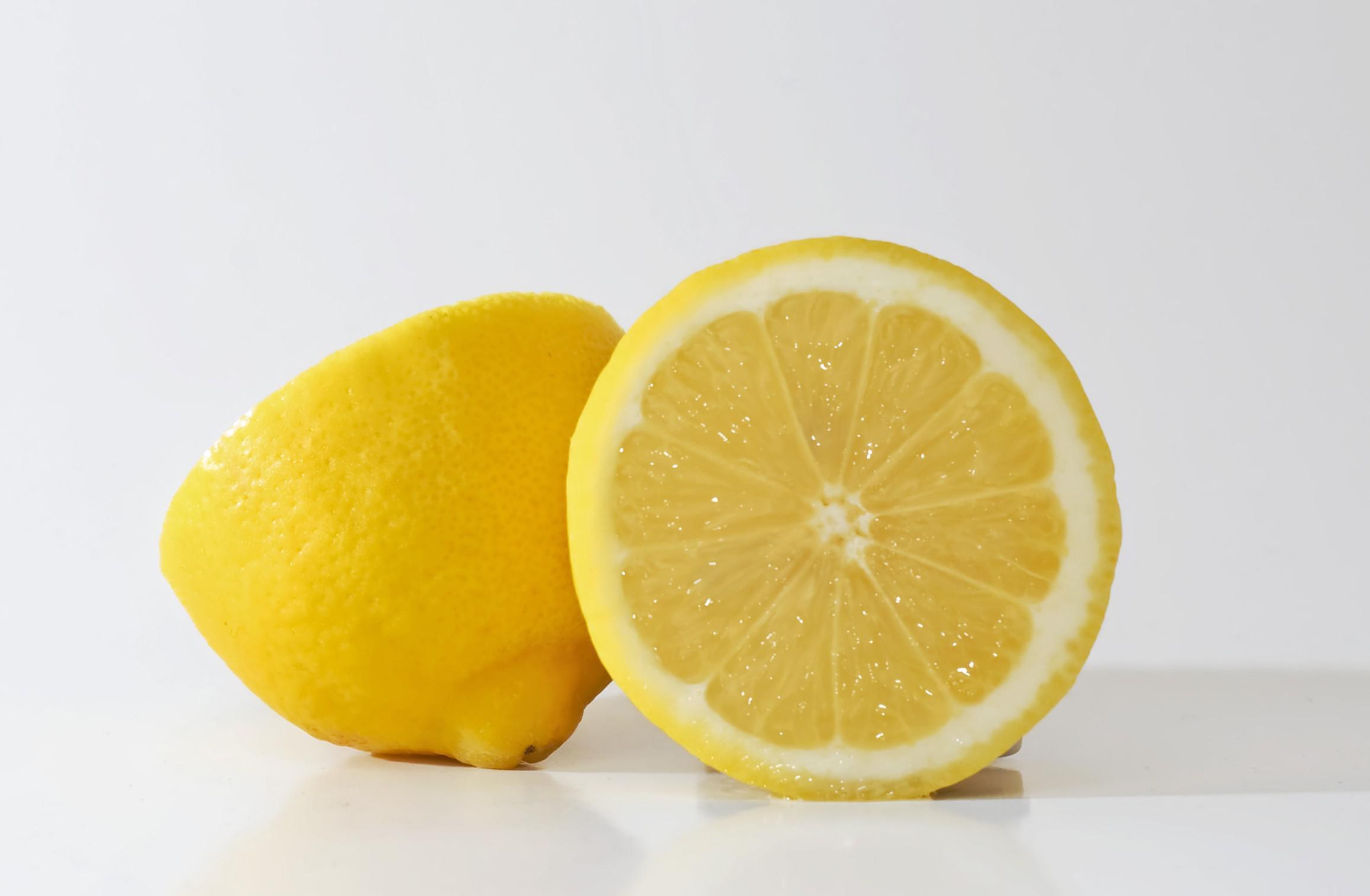 Air perasan jeruk lemon (Via: healthy-holistic.com)