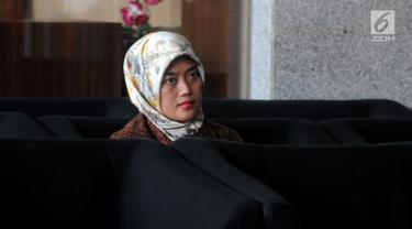 Bupati Lampung Timur Chusnunia Chalim atau Nunik menunggu penyidikan di Gedung KPK, Jakarta, Jumat (1/3). Nunik diperiksa sebagai saksi untuk tersangka terpidana mantan Bupati Lampung Tengah Mustafa. (Merdeka.com/Dwi Narwoko)