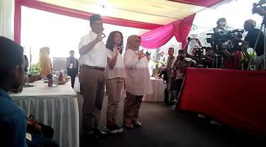 Calon gubernur DKI Jakarta Anies Baswedan menggunakan hak pilihnya dalam Pilkada DKI Jakarta. Dia mencoblos di TPS 28, Lebak Bulus, Cilandak, Jakarta Selatan.
