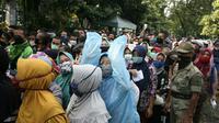 Ratusan warga berbondong-bondong datang ke Kantor Baznas Kabupaten Bogor, Jawa Barat untuk menerima paket sembako yang kabarnya akan dibagikan lembaga pengelolaan zakat itu, Senin (20/4/2020) pagi. (Liputan6.com/Achmad Sudarno)