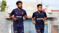 Pemain baru Madura United, Fandry Imbiri (kiri) dan Andik Vermansah. (Bola.com/Aditya Wany)