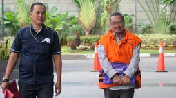 Mantan senior manager pemasaran PT Hutama Karya, Bambang Mustaqim (kanan) tiba di Gedung KPK, Jakarta, Kamis (31/1). Bambang diperiksa sebagai tersangka terkait dugaan korupsi pembangunan tahap II Gedung IPDN di Rokan Hilir. (Merdeka.com/Dwi Narwoko)