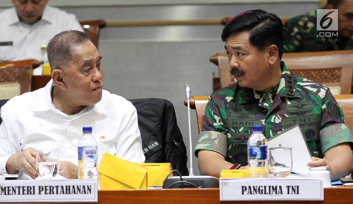 Menhan Ryamizard Ryacudu (kiri) dan Panglima TNI Marsekal Hadi Tjahjanto saat rapat kerja dengan Komisi I DPR di Kompleks Parlemen, Jakarta, Rabu (19/6/2019). Rapat membahas Rencana Kerja Anggaran (RKA) dan Rencana Kerja Pemerintah (RKP) Kementerian Pertahanan/TNI TA 2020. (Liputan6.com/JohanTallo)