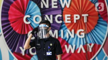 Petugas mengenakan masker dan pelindung wajah saat bertugas di Mal Central Park, Jakarta, Rabu (3/6/2020). Selain menerapkan protokol kesehatan, pusat perbelanjaan juga menyediakan fasilitas pendukung 'physical distancing' sebagai persiapan operasional di era normal baru (Liputan6.com/Faizal Fanani)