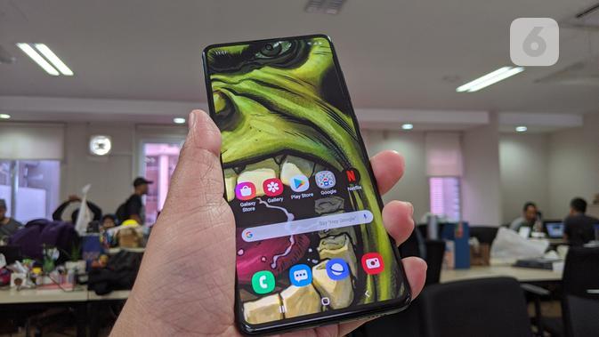 Tampak Galaxy A71. (Liputan6.com/ Yuslianson)