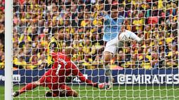 Proses terjadinya gol yang dicetak striker Manchester City, Gabriel Jesus, ke gawang Watford pada laga final Piala FA di Stadion Wembley, London, Sabtu (18/5). City menang 6-0 atas Watford. (AFP/Daniel Leal-Olivas)