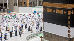 Jemaah melakukan tawaf mengelilingi Ka'bah di dalam Masjidil Haram saat melakukan rangkaian ibadah haji di tengah pandemi COVID-19 di Kota Suci Mekkah, Arab Saudi, Rabu (29/7/2020).  Tawaf dilakukan dengan menjaga jarak mengikuti garis-garis yang telah ditentukan. (Saudi Media Ministry via AP)