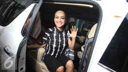 Pedangdut Julia Perez memberikan keterangan kepada awak media usai menjalani sidang cerai di PN Jakarta Selatan, Rabu (6/4). Sidang kedua dengan agenda mediasi tersebut kembali tidak dihadiri suaminya, Gaston Castano. (Liputan6.com/Immanuel Antonius)