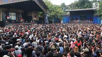Ratusan penonton yang sebagian besar merupakan anggota komunitas Orang Indonesia (OI), kelompok penggemar Iwan Fals memadati  area Konser Situs Budaya di Panggung Kita, Depok, Sabtu (3/3). (Liputan6.com/Arya Manggala)