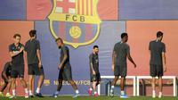 Penyerang Barcelona, Lionel Messi (ketiga kana) bersama rekan-rekannya mengikuti sesi latihan tim di Joan Gamper Sports City di Sant Joan Despi (1/10/2019). Barcelona akan bertanding melawan wakil Italia, Inter Milan pada grup F Liga Champions di Camp Nou Stadium. (AFP Photo/Lluis Gene)