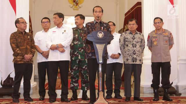 Presiden Joko Widodo atau Jokowi (tengah) menyampaikan keterangan terkait kerusuhan pascapengumuman hasil Pemilu 2019 di Istana Merdeka, Jakarta, Rabu (22/5/2019). Jokowi menyebut tidak akan memberi ruang untuk perusuh yang akan merusak NKRI.(Www.sulawesita.com)