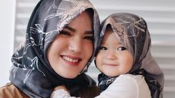 Lihat betapa imutnya putri dari Alice Norin, Allita Naora Lawi saat mengenakan hijab. Meskipun masih kecil, akan tetapi Naora sudah secantik ibunya. (Foto: instagram.com/yasminexitenun)