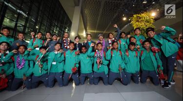 Menpora, Imam Nahrawi (tengah belakang) bersama pemain Timnas Indonesia U-16 berfoto usai penyambutan di Bandara Soetta, Tangerang, Kamis (15/2). Timnas U-16 berhasil menjuarai turnamen Jenesys di Jepang. (Liputan6.com/Helmi Fithriansyah)