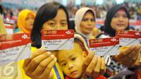Warga menunjukkan KKS di Cibubur, Jakarta, Kamis (23/2). Keluarga kurang mampu yang menerima Bantuan Pangan Non Tunai dapat langsung menggunakan KKS untuk berbelanja bahan pokok di e-warung yang berada di lingkungan mereka. (Liputan6.com/Angga Yunair)