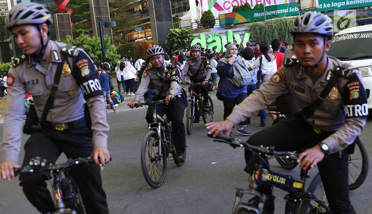 Petugas kepolisian berpatroli sepeda di Senayan, Jakarta, Minggu (2/9). Untuk meminimalisasi kemacetan jelang penutupan Asian Games 2018, rekayasa lalu lintas dilakukan di sejumlah ruas jalan dari dan menuji Senayan. (Liputan6.com/Immanuel Antonius)