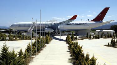 Restoran pesawat berukuran besar yang terletak di Distrik Burhaniye, Provinsi Balikesir, Turki, 4 Agustus 2020. Restoran terbesar di Turki itu, yang dialihfungsikan dari pesawat Airbus tua, dijual seharga 1,4 juta dolar AS (1 dolar AS = Rp14.697), kata seorang agen properti. (Xinhua/Osman Orsal)