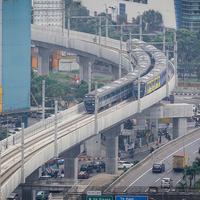 Rangkaian kereta Moda Raya Terpadu (MRT)  Lebak Bulus-Bundaran HI melintas di Stasiun MRT Fatmawati, Jakarta, Rabu (8/5/2019). Diskon tarif MRT Jakarta sebesar 50 persen akan berakhir pada 12 Mei 2019 dan tarif normal akan berlaku mulai 13 Mei 2019 mendatang. (Liputan6.com/Faizal Fanani)