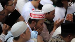 Pendukung pasangan Capres-Cawapres 02 Prabowo Subianto-Sandiaga Uno berdoa saat menghadiri syukuran kemenangan di Kertanegara, Jakarta, Jumat (19/4). Acara dengan tema gema nisfu sya'ban sekaligus ucapan syukur kemenangan Prabowo-Sandiaga dihadiri ribuan pendukung. (Liputan6.com/Faizal Fanani)
