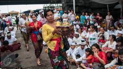 Umat Hindu membawa sesajen pada prosesi Tawur Agung Kesanga sehari menjelang Hari Raya Nyepi di Pura Aditya Jaya, Jakarta, Senin (27/3). Kegiatan Tawur Agung Kesanga merupakan salah satu dari empat ritual utama perayaan Nyepi (Liputan6.com/Gempur M Surya)