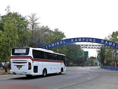 Sebuah bus saat masuk ke terminal Kampung Rambutan, Jakarta, Kamis (5/11/2015). DKI Jakarta akan segera melakukan renovasi tiga terminal bus dengan perkiraan anggaran renovasi Rp600 juta per terminal. (Liputan6.com/Yoppy Renato)