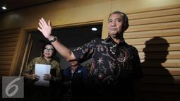 Ketua KPK Agus Rahardjo (kanan) memberi salam pada awak media jelang memberikan keterangan pers terkait OTT Walikota Cimahi di Gedung KPK, Jakarta, Jumat (2/12). (Liputan6.com/Helmi Afandi)