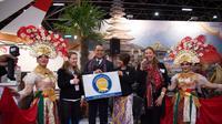 Duta Besar RI untuk Kerajaan Belanda, I Gusti Agung Wesaka Puja (tengah) memegang plakat penghargaan Reisgraag Award 2019 (kredit: KBRI Den Haag)