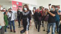 Rabu (3/2/2021), wanita yang berprofesi sebagai dokter ini datang ke kantor wakil rakyat untuk memenuhi panggilan Badan Kehormatan DPRD Provinsi Sulut.