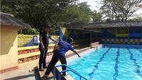 Dede Jaenudin (39) dan anaknya Rahman Nurpalah (7) warga Kampung Wangunsari, Darangdan, Purwakarta tewas tenggelam di kolam renang sebuah wahana Alam Sari Wates, Purwakarta. (Liputan6.com/Abramena)