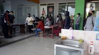 Warga antre saat mengurus SIM di Pelayanan SIM Keliling, Tangerang Selatan, Banten, Jumat (7/8/2020). Ditlantas Polda Metro Jaya memberi dispensasi bagi pemilik SIM yang masa berlakunya habis di masa pandemi COVID-19 bisa memperpanjang sampai akhir Agustus 2020. (merdeka.com/Dwi Narwoko)