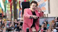 """Ekspresi penyanyi Harry Styles saat tampil di acara NBC """"Today"""" di Rockefeller Plaza, New York (9/5). Menjelang perilisan album solonya, Harry Styles menghibur ribuan penggemarnya di luar Rockefeller Center. (Charles Sykes/Invision/AP)"""